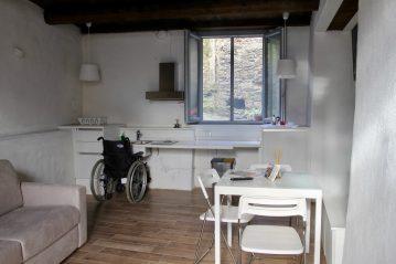 Nella cucina/soggiorno è anche posizionato un tavolino accessibile con sedie ed un divano letto matrimoniabile utilizzabile all'occorrenza e naturalmente una televisione.