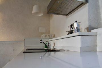 In questa fotografia si può notare la profondità e larghezza del piano di lavoro della cucina.