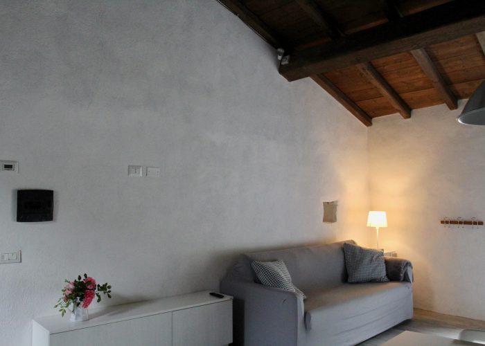 Sempre nella prima stanza troviamo un ampio divano che può trasformarsi in due letti o in un unico letto matrimoniale.