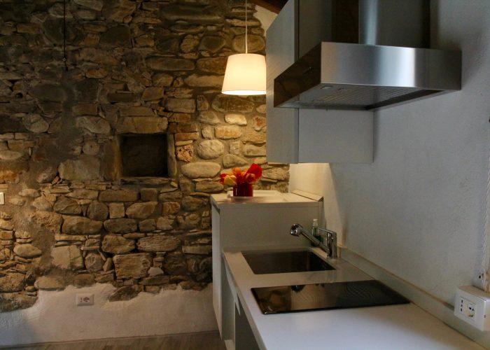 Il piano cucina è un piano Scavolini pensato e costruito accessibile e che consta da un'area preparazione, dal lavandino con tanto di doccetta e da una zona cottura ad induzione. Il Frigorifero è rialzato e accessibile così come lo sono gli sportelli a destra del lavandino.