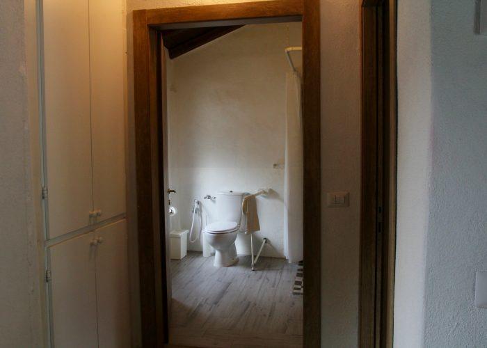 """Il bagno della """"Casa di Sopra"""" ha gli accessori disposti diversamente da quella di sotto e comunque è del tutto accessibile."""