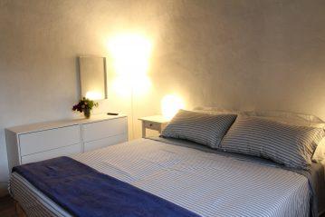 Nella stanza da letto è presente la televisione, un attaccapanni e due cassettoncini a tre cassetti. Nel vano che porta e al bagno e alla camera da letto c'è un armadio con attaccapanni ribaltabile e quindi accessibile.