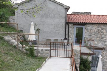 """Il vialetto che porta alla """"Casa di Sopra"""" è completamente accessibile ed è riparato da una ringhiera in ferro che protegge verso il basso."""